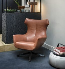 Draaifauteuil Nosto in leder in combinatie met poef Barrell van Design on Stock.